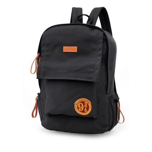 a35e92cb1 Mochila com alça Harry Potter na cor preta com detalhes marrom, uma  abertura grande central para colocar o material escolar e um bolso frontal,  produzida em ...